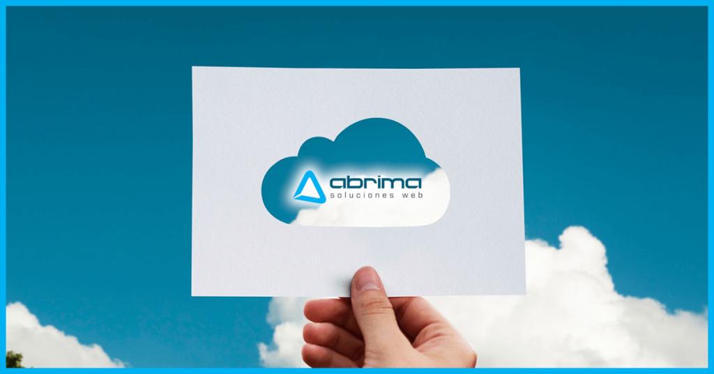 Mano sosteniendo un papel donde aparece una nube