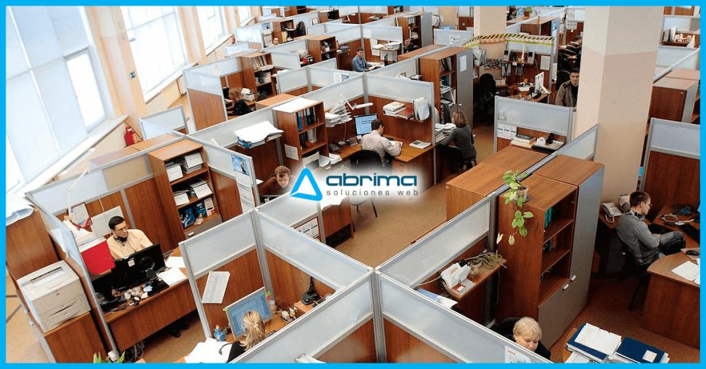 Trabajadores de oficina en diferentes áreas.